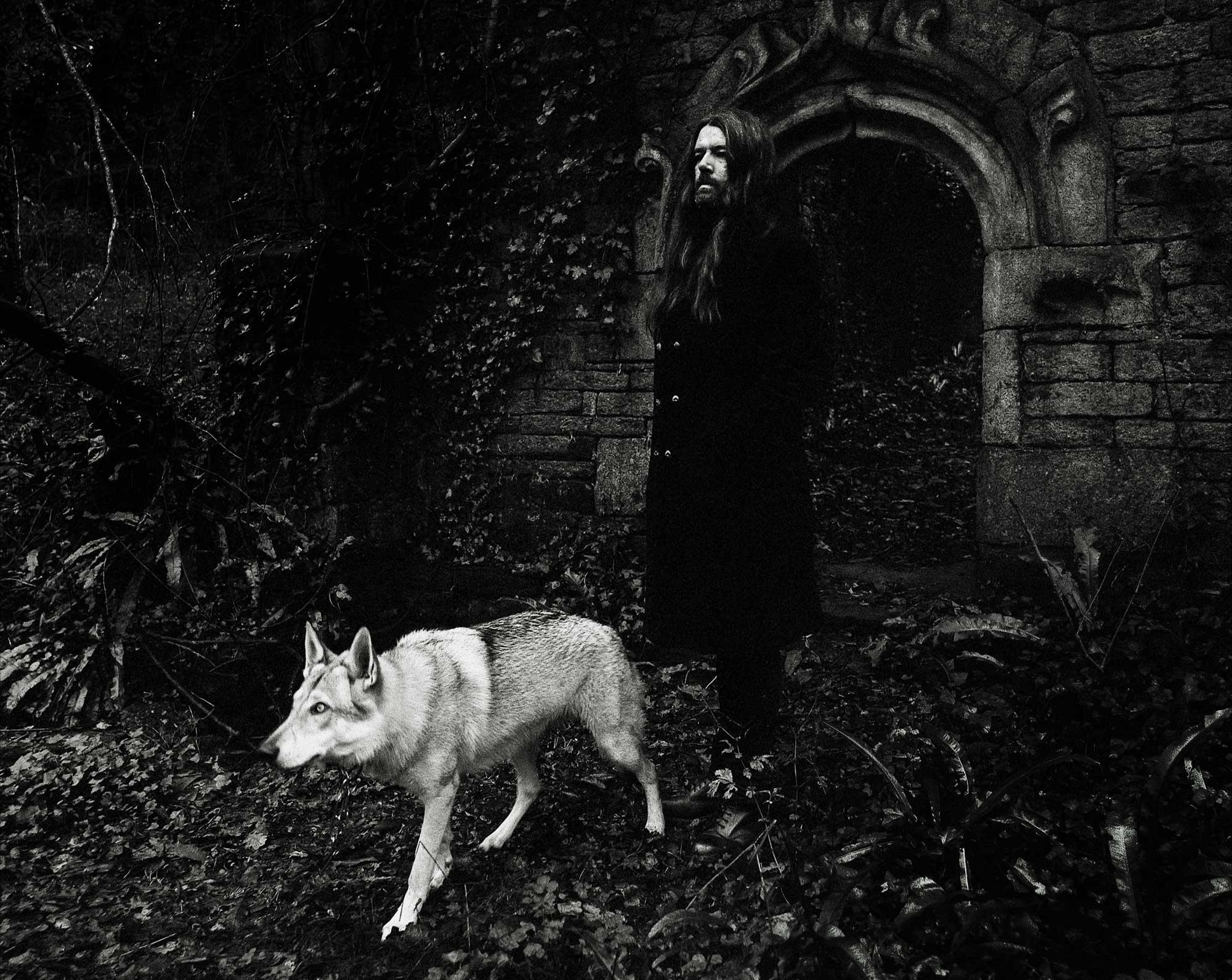 Brieg Guerveno accompagné d'un loup, dans une forêt