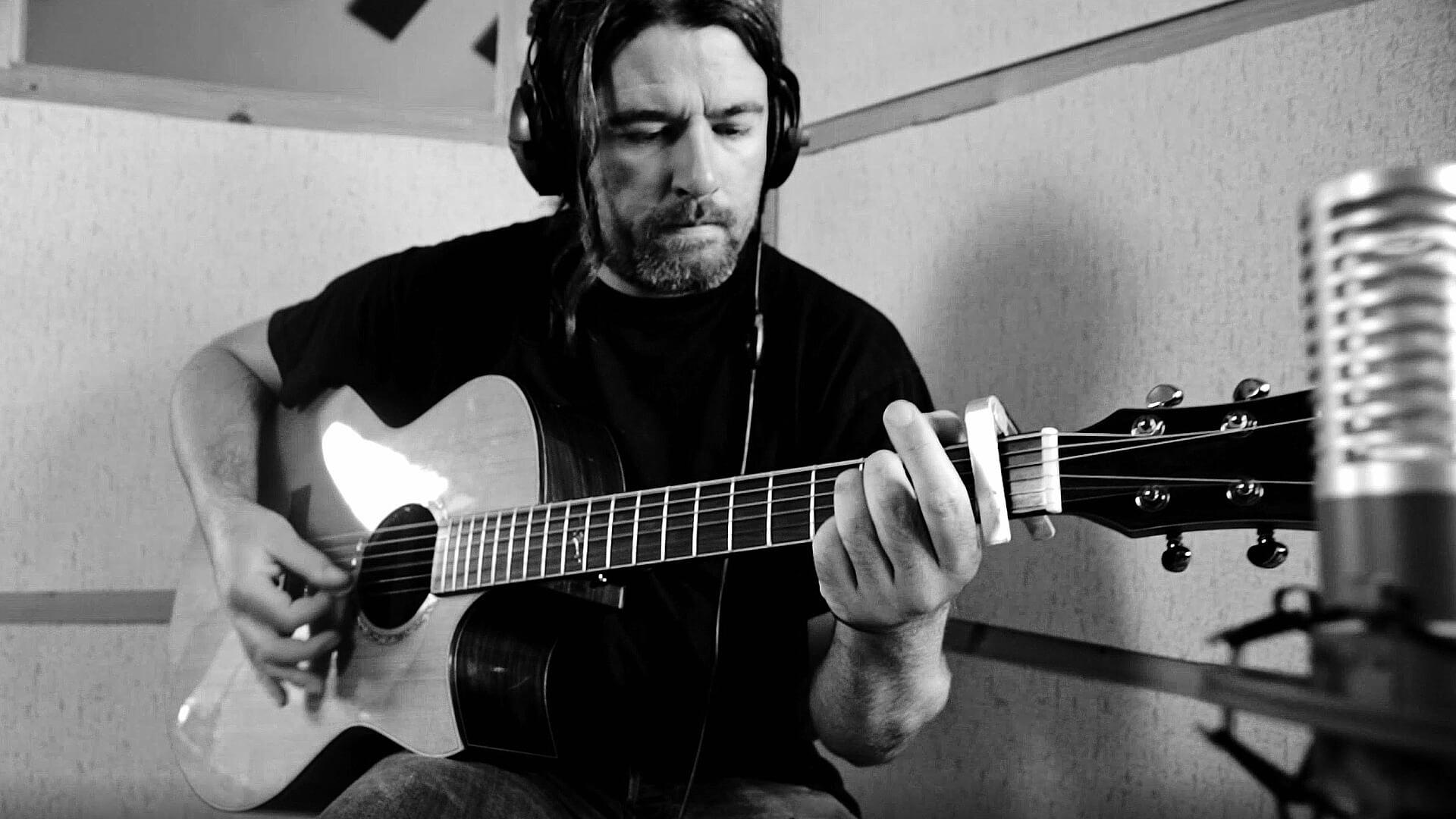 Brieg Guerveno enregistre la guitare acoustique du titre Petra zo bet, clip vidéo produit par Tyanpark Studio